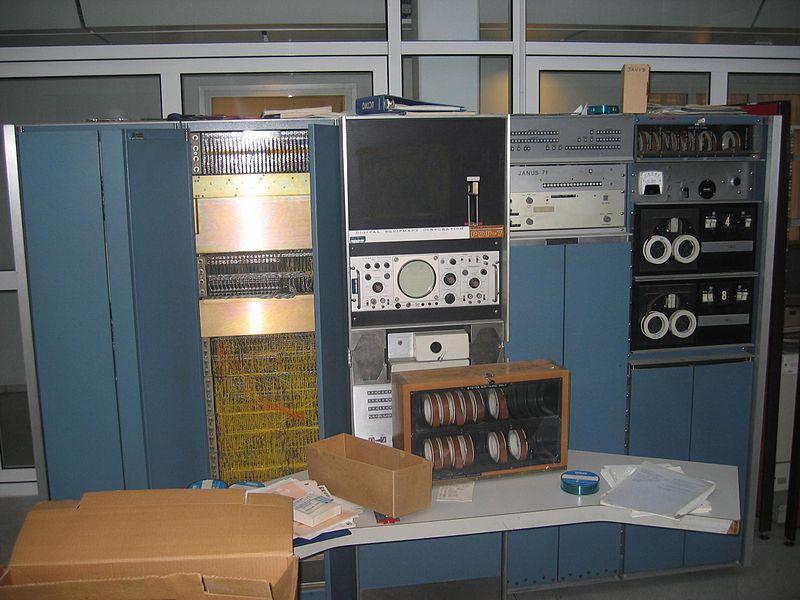 Un ordinateur PDP 7 qui occupe la place d'un bureau et quelques armoires