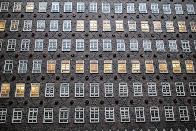 Immeuble avec plein de fenêtres